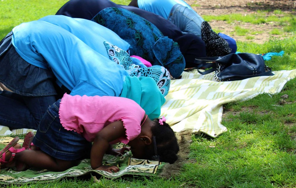 Women from Masjid Ul Kawthar & Masjid At Taqwa praying in Prospect Park. Photo: Pauline Dolle/A Journey through NYC religions