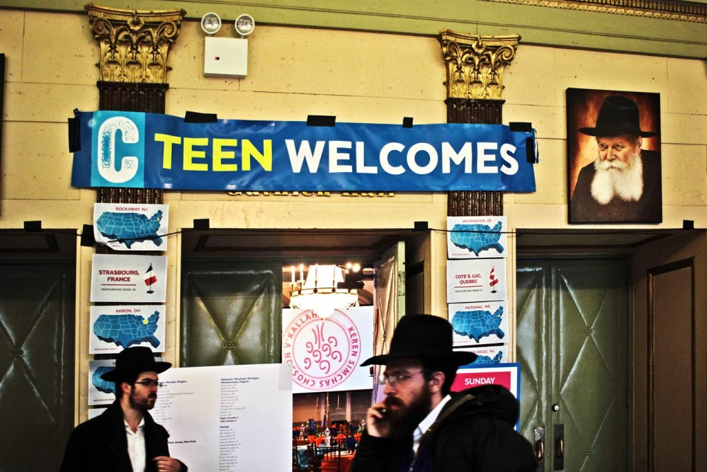 Preparing for closing banquet of Shabbaton. Photo: Pauline Dolle/A Journey through NYC religions
